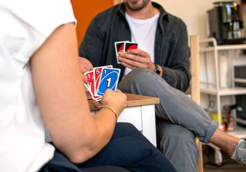 Foto von Menschen beim Kartenspiel