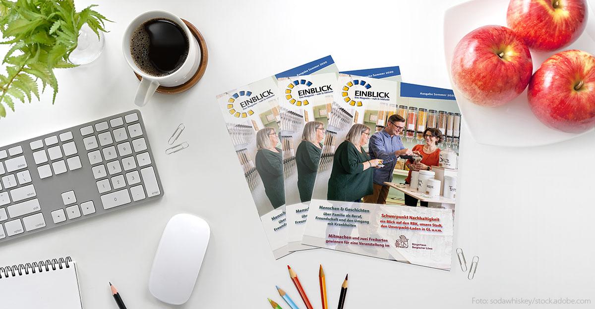Foto von einem Schreibtisch mit unserem Magazin